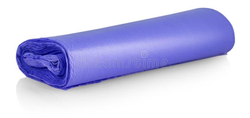 Il rotolo blu delle borse di immondizia di plastica isolate su fondo bianco fotografie stock libere da diritti
