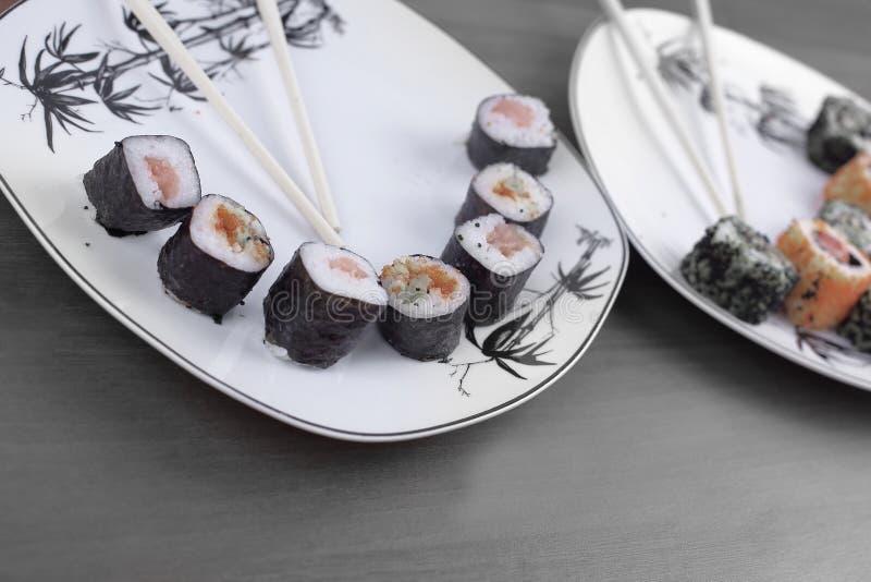 Il rotolo dei sushi ha preparato dal pesce crudo e da un riso speciale fotografia stock libera da diritti