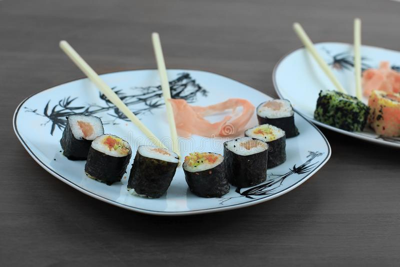Il rotolo dei sushi ha preparato dal pesce crudo e da un riso speciale immagini stock