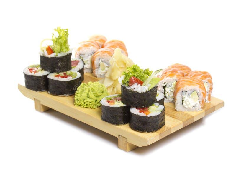 Il rotolo di sushi ha fatto il piatto su un gete isolato fotografia stock
