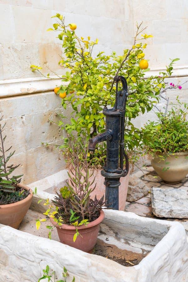 Il rubinetto antico per acqua dentro nel monastero di Maronite nella vecchia città di Gerusalemme, Israele fotografia stock libera da diritti
