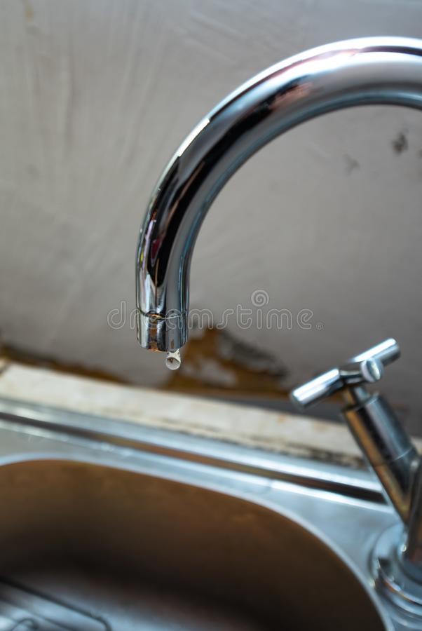 Il rubinetto della cucina sta colando, impianto idraulico della riparazione fotografie stock