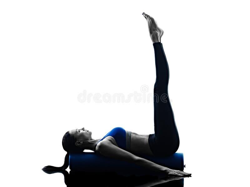 Il rullo dei pilates della donna esercita la forma fisica isolato fotografie stock libere da diritti