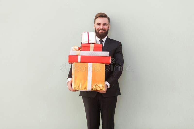 Il ` s beaucoup de boîte-cadeau pour vous ! Sourire toothy d'homme d'affaires de bonheur image libre de droits