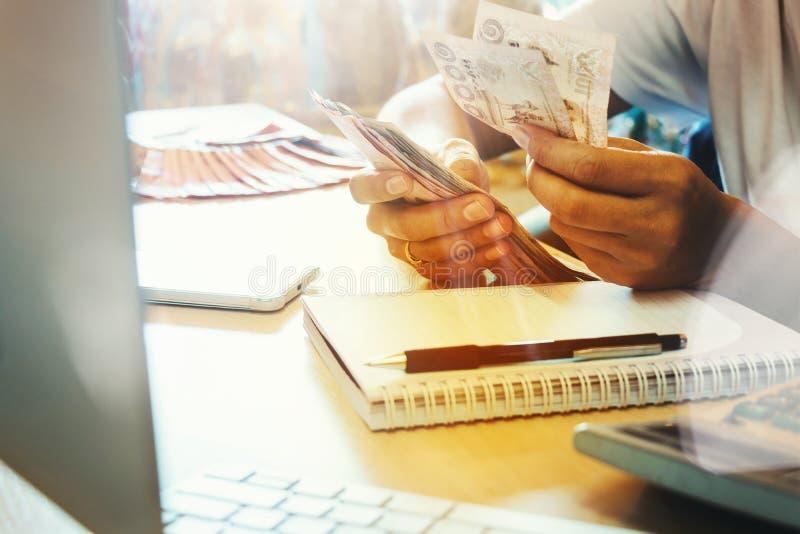 Il ` s della donna dell'Asia passa il conteggio delle molte banconote dei soldi con felice immagini stock libere da diritti