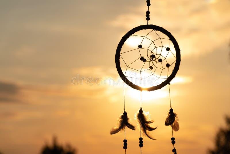 Il ` s un receveur de rêve de natif américain et des rayons d'or du coucher du soleil photographie stock libre de droits