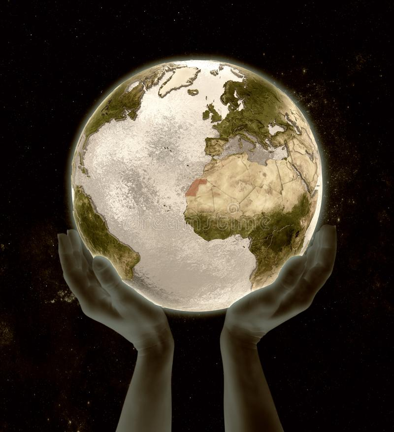 Il Sahara occidentale sulle mani di vittoria del globo illustrazione di stock