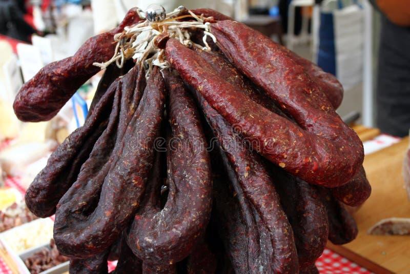 Il salame asciutto crudo appende Il mucchio dei salami asciutti appende Struttura asciutta del fondo della carne Lukanka, sudjuk  fotografia stock