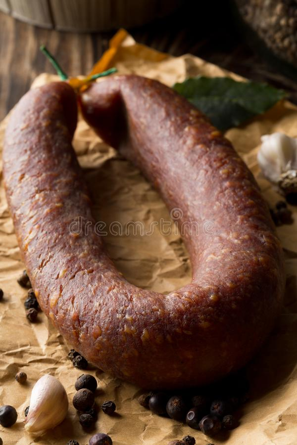 Il salame tedesco di specialità ha curato duro la salsiccia intera con le spezie sopra immagine stock