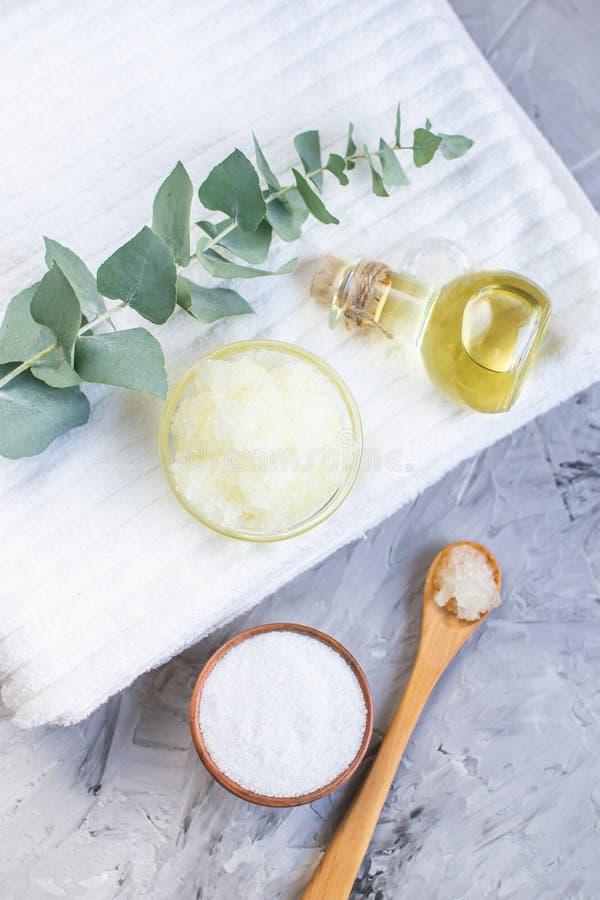 Il sale marino casalingo della farina d'avena del corpo degli ingredienti naturali sfrega con Olive Oil Honey Milk fotografia stock libera da diritti