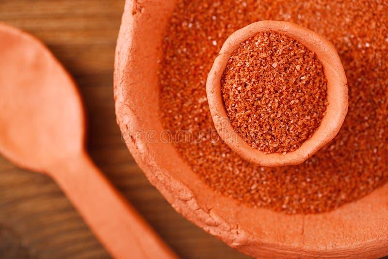 Il sale marino rosso hawaiano di Alaea in argilla rustica lancia immagine stock