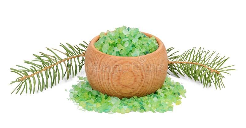 Il sale marino verde per il bagno nella ciotola e nell'abete di legno si ramifica dietro fotografie stock libere da diritti
