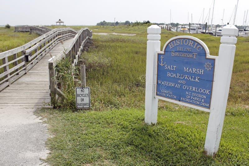Il sale Marsh Boardwalk ed il canale navigabile trascurano fotografia stock libera da diritti