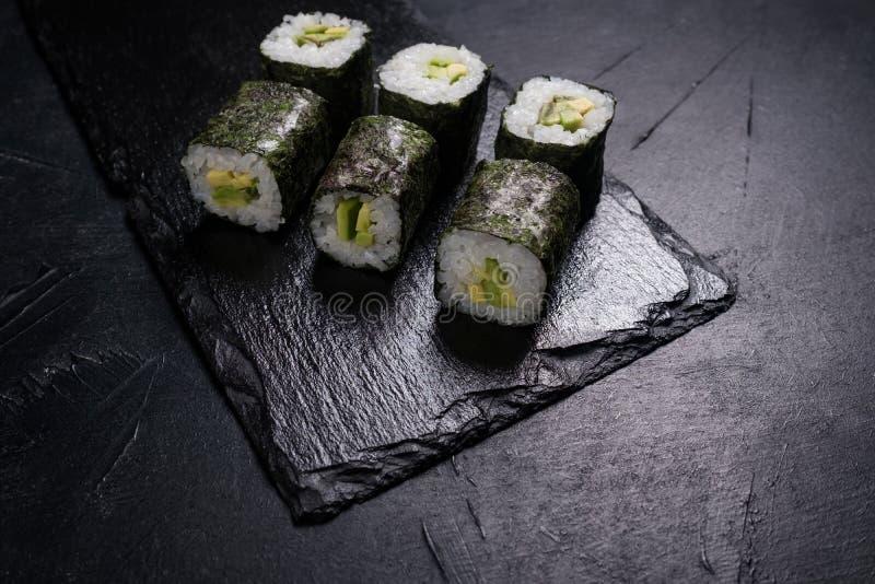 Il salmone dei sushi rotola il menu giapponese del ristorante dell'alimento fotografia stock libera da diritti
