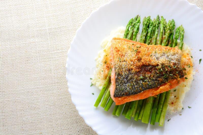 Il salmone grigliato ha guarnito con asparago immagini stock