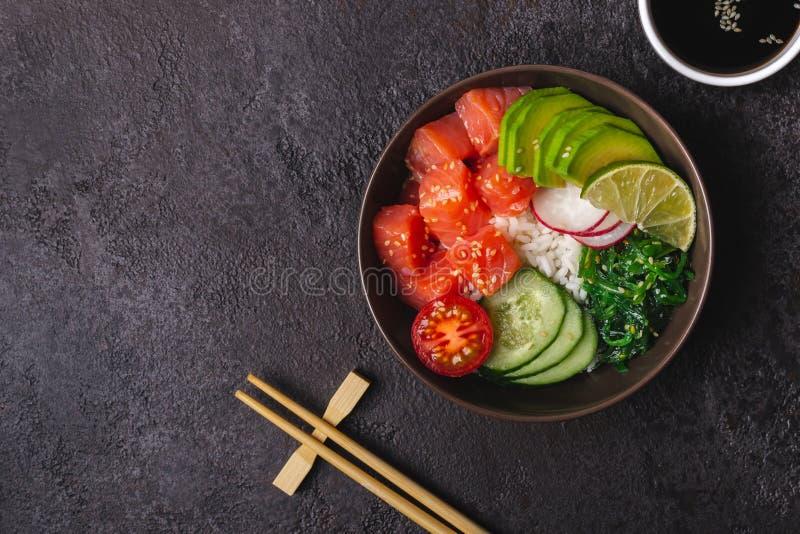 Il salmone hawaiano colpisce l'insalata con riso, le verdure e l'alga serviti in ciotola immagini stock