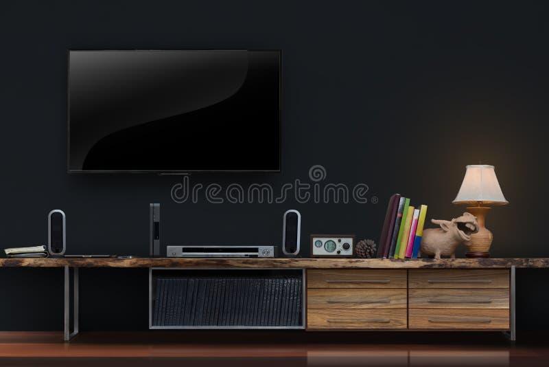 Il salone ha condotto le TV sul muro di cemento con lwooden il fu di media della tavola immagini stock libere da diritti
