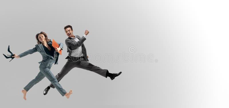 Il salto degli impiegati di concetto isolato sul fondo dello studio fotografia stock