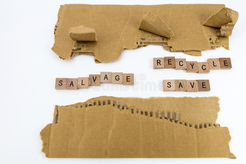 Il salvataggio lacerato del cartone ricicla i risparmi fotografie stock