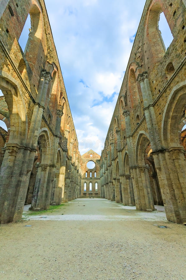 Il san o San Galgano ha scoperto le rovine della chiesa dell'abbazia. La Toscana, Italia fotografia stock