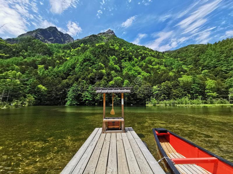 Il santuario ed il lago fotografia stock libera da diritti
