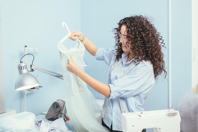 Il sarto aveva creato la camicia increspata nel luogo di lavoro fotografia stock