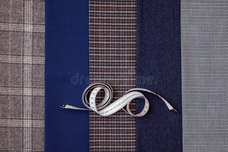Il sarto choice blu di cucito dell'atelier di progettazione della gabbia dell'uomo della lana del tessuto del filo molte cose dif fotografia stock libera da diritti
