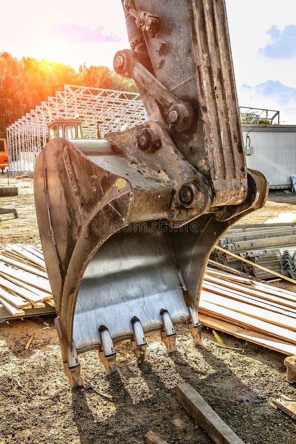 Il secchio dell'escavatore si trova sulla terra, rimossa dall'escavatore immagine stock