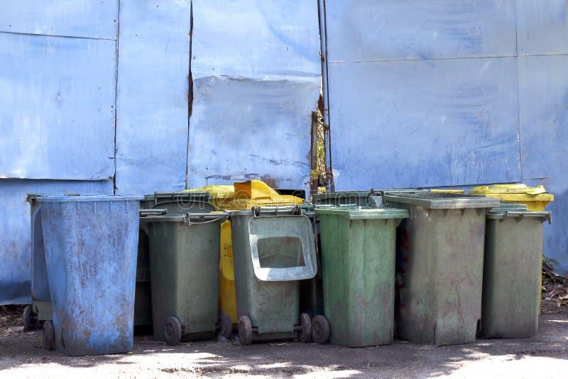 Il secchio della spazzatura sporco, ciarpame del bidone della spazzatura ricicla, accatasta della plastica del recipiente molti p fotografia stock