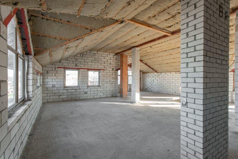 Il secondo pavimento della soffitta della casa revisione e ricostruzione Processo di lavoro di riscaldamento dentro la parte del  fotografie stock libere da diritti