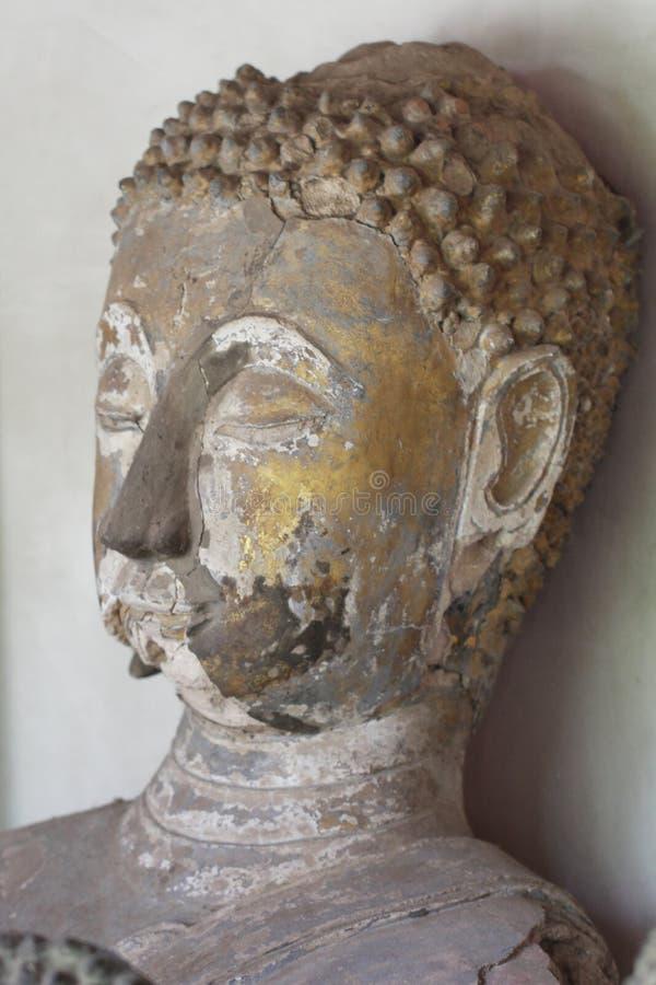 Il sedile antico rovinato che si siede la statua di Buddha a Sukkothai, Tailandia, la statua capa di Buddha, tomba di furto, dist immagini stock libere da diritti