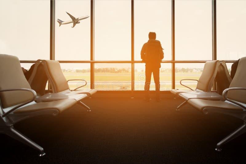 il sedile del passeggero nel salotto di partenza per vede l'aeroplano, vista dal terminale di aeroporto Conceptt di viaggio di tr fotografie stock libere da diritti