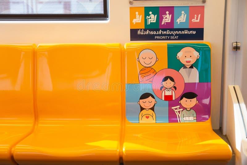 Il sedile di priorit? in treno di alianti di BTS per la gente nel bisogno fotografia stock