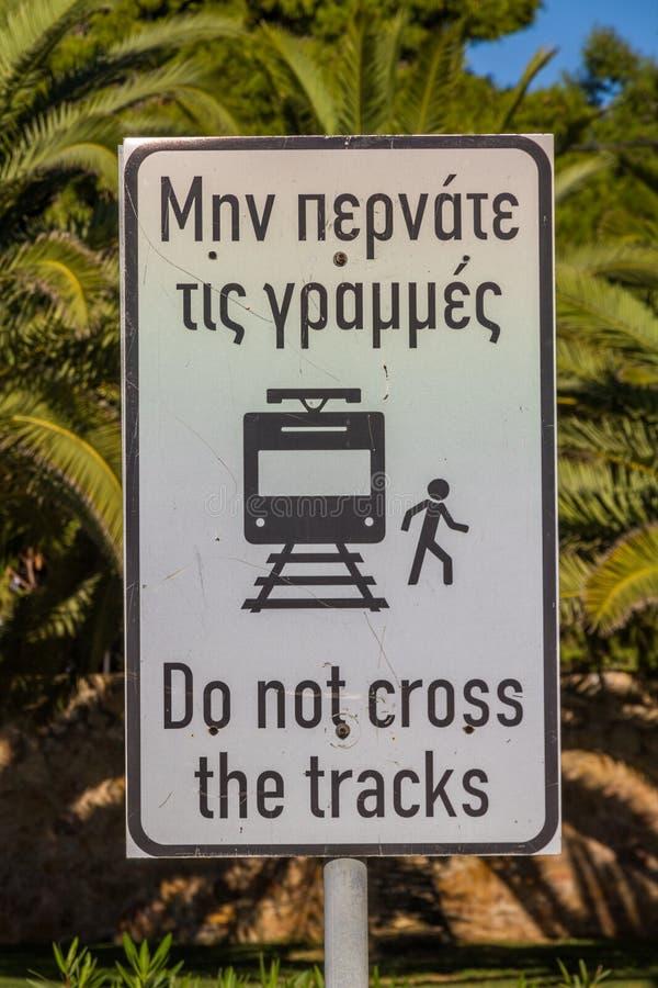 Il segnale di pericolo del tram greco non attraversa le piste immagini stock
