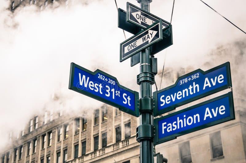 Il segnale stradale ed il vapore urbani moderni cuociono a vapore in New York immagine stock libera da diritti