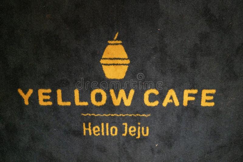 Il segno del caffè giallo sul tappeto immagine stock