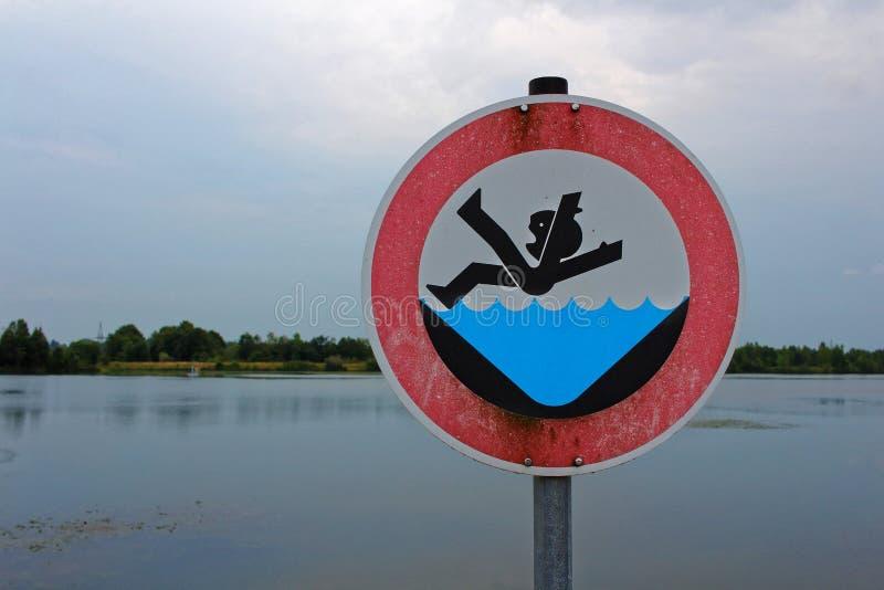 Il segno del pericolo NON CADE NELL'ACQUA di dam fotografia stock libera da diritti