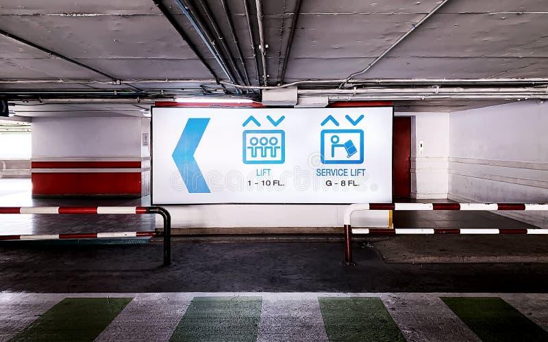 Il segno dell'elevatore nel parcheggio sotterraneo fotografia stock libera da diritti