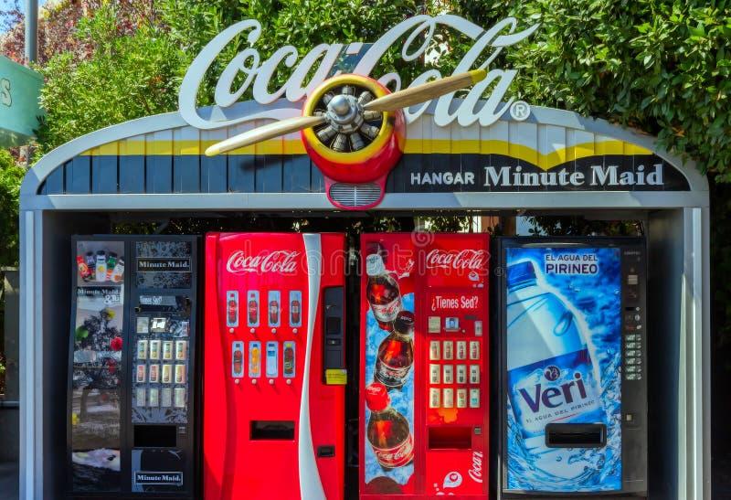 Il segno della coca-cola sulla cima del gabinetto rosso della macchina dell'annata è immagine stock libera da diritti