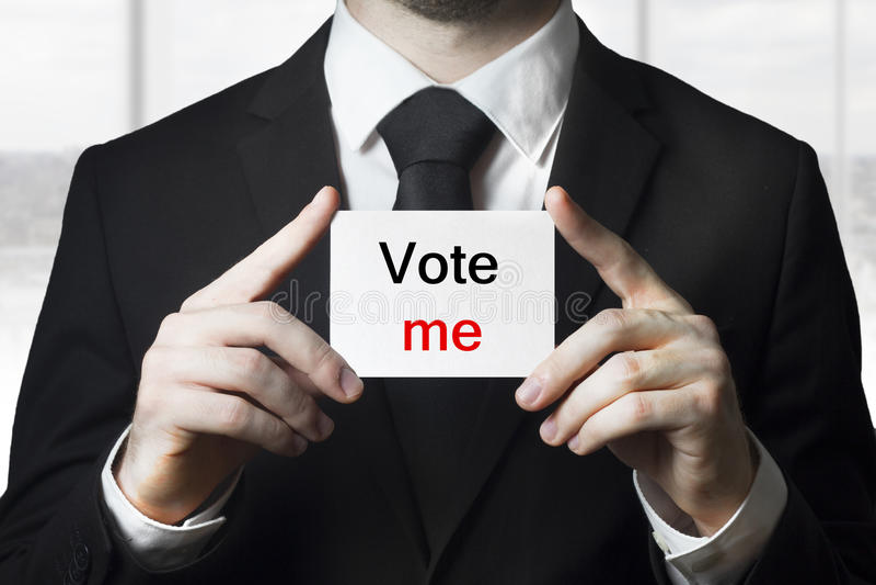 Il segno della tenuta di Politico mi vota fotografia stock libera da diritti