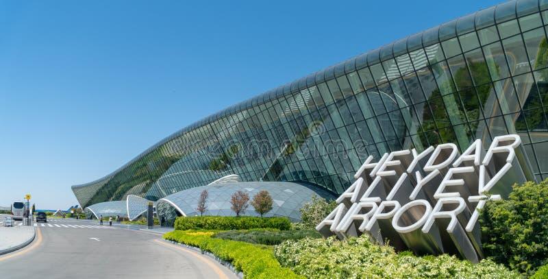 Il segno di Heydar Aliyev Airport accanto al suo terminale principale fotografie stock libere da diritti