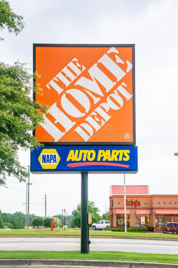 Il segno di Home Depot combinato con i segni del deposito dei ricambi auto di NAPA fotografie stock libere da diritti