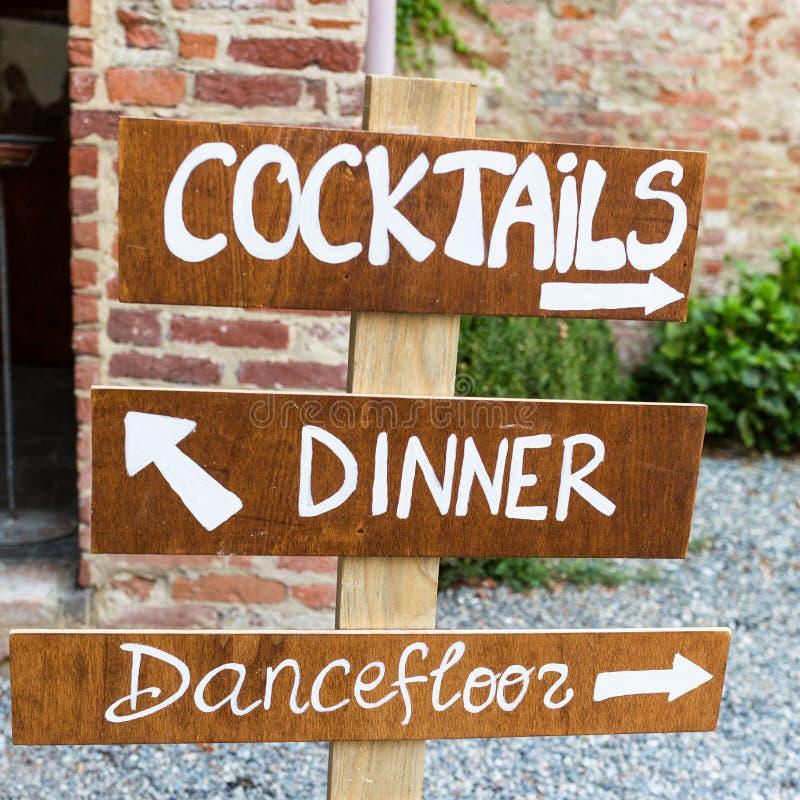 Il segno di legno indica dove le nozze fotografie stock