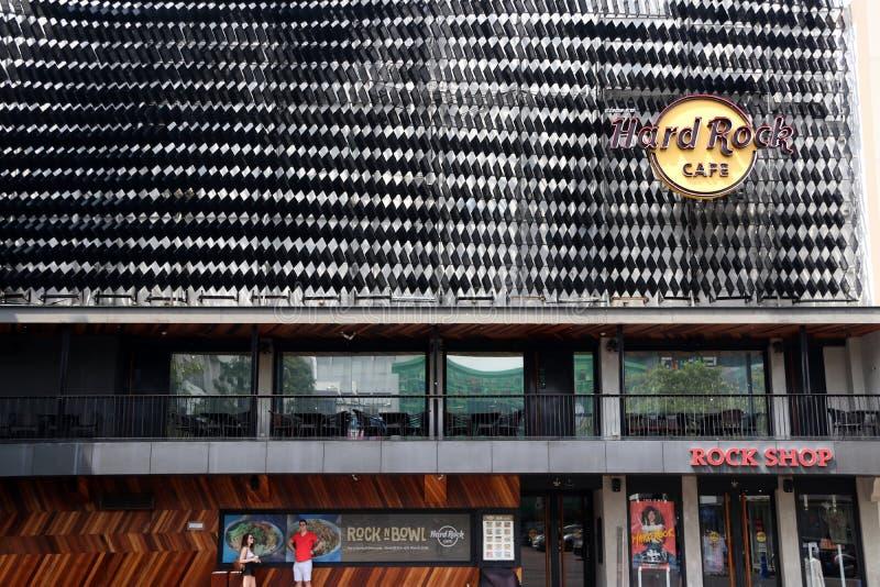 Il segno di logo ed il negozio di Hard Rock Cafe al Siam quadrano il centro commerciale fotografia stock