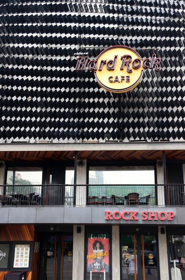 Il segno di logo ed il negozio di Hard Rock Cafe al Siam quadrano il centro commerciale immagini stock libere da diritti