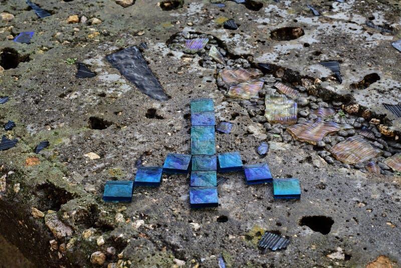 Il segno di pace del ` di pace del ` sopra brucia il banco concreto fotografia stock libera da diritti