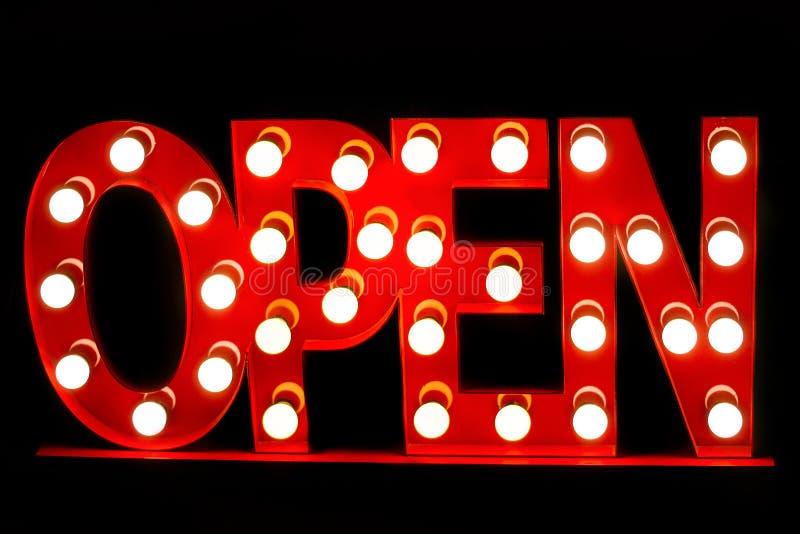 Il segno luminoso Open di colore rosso ha decorato le lampadine immagini stock