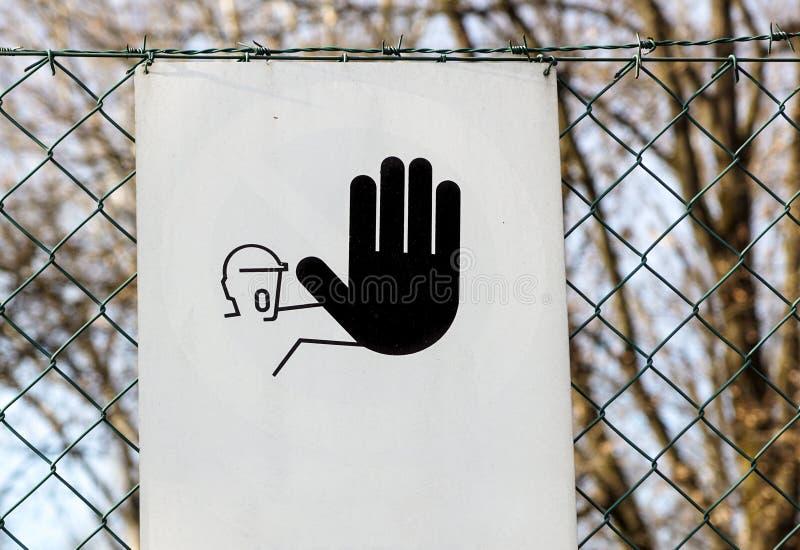 Il segno proibito entrata, non entra, non tiene fuori, entrata severa immagine stock libera da diritti