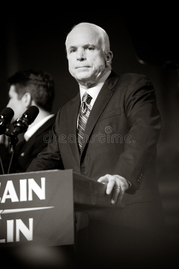 Il senatore John McCain Vertical B&W fotografie stock libere da diritti