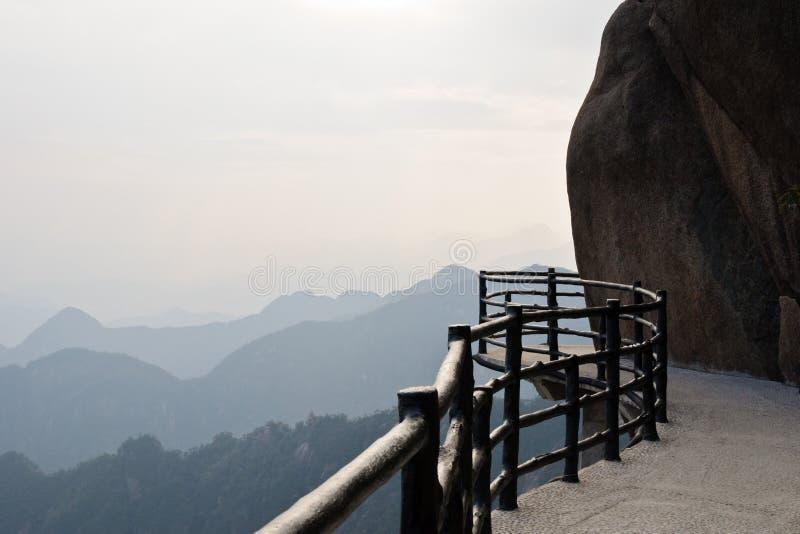 Il sentiero per pedoni imminente della plancia sulla montagna di Sanqing fotografia stock